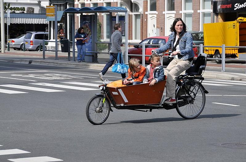 Vélo cargo avec des enfants