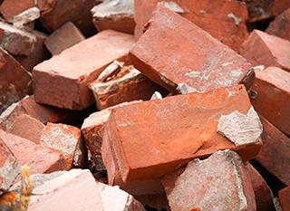 Une pile de briques prêtes à être réutilisées