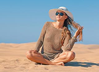 Vêtements, chapeau, lunettes : on y pense pour se protéger du soleil
