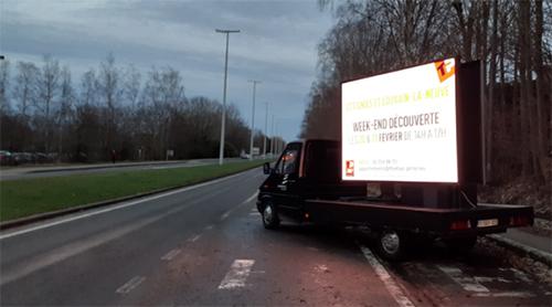Un camion avec un écran publicitaire... et le moteur qui tourne