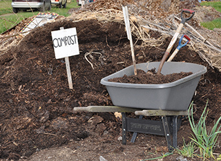 Compost en tas. Photo: Oregon State University [CC-BY-SA]