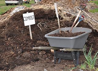 Compost en tas. Photo: Oregon State University [CC-BY-SA]