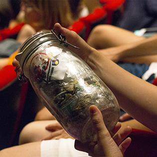 Bob le bocal - qui contient 1 an de déchets - circule dans le public