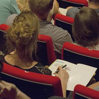 On est concentré et on prend des notes pendant la conférence zéro déchet
