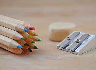 Crayons en bois, taille-crayon et gomme solides et sans emballage