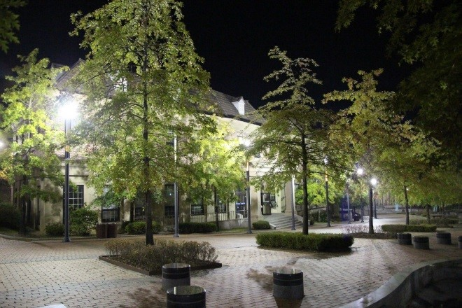 Éclairage nocturne d'une façade de maison