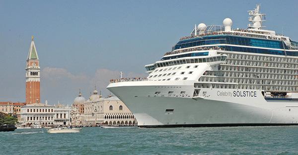L'un des énormes bateaux de croisière qui font escale à Venise quotidiennement