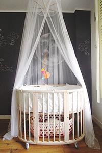 Une moustiquaire utile et jolie sur un lit bébé