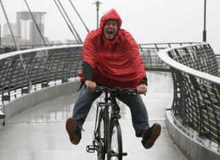 Un poncho à enfiler sur ses vêtement pour faire du vélo même sous la pluie