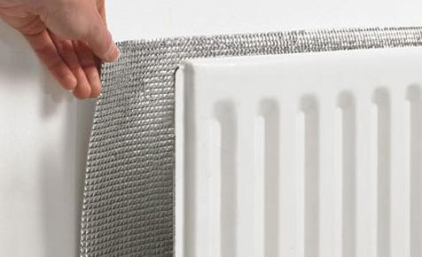 Placer des panneaux réflecteurs derrière les radiateurs pour économiser l'énergie