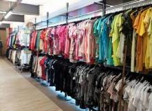 Un grand magasin de vêtements de seconde main