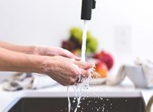 Il est bon de se laver les mains au savon.