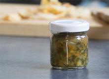 Condiment avec du sel, des légumes et des herbes