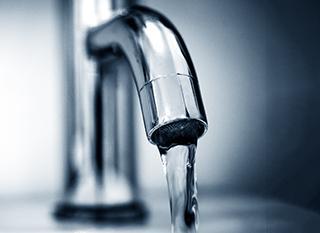 Peut-on boire l'eau du robinet quand on a installé un adoucisseur chez soi ?