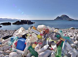 Déchets plastique collectés sur une plage norvégienne. Photo par Bo Eide - https://goo.gl/PCp239