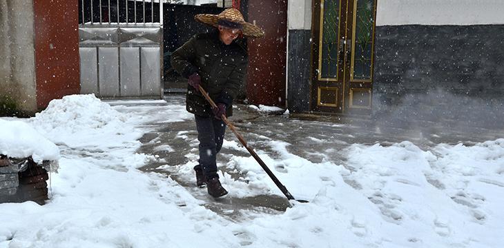 Pour déblayer la neige de façon écologique, rien ne vaut un bon coup de pelle !